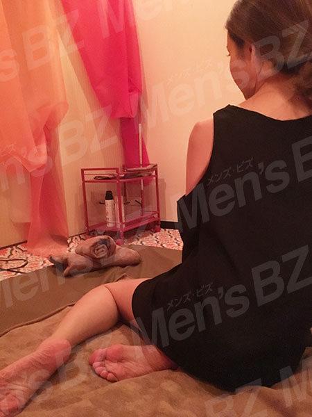 飯田橋カグラザカのセラピスト大澤まりあさんの後ろ姿写真です。